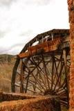Roda d'água e rio de madeira velhos de Cabriel em sua maneira através da vila de Casa del Rio, Albacete, Espanha fotos de stock royalty free