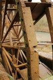 Roda d'água e rio de madeira velhos de Cabriel em sua maneira através da vila de Casa del Rio, Albacete, Espanha foto de stock royalty free