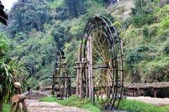 Roda d'água reconstruído velho em Sapa Vietname fotos de stock