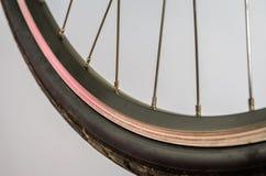 Roda da bicicleta com agulhas de confecção de malhas Imagem de Stock