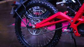 Roda da bicicleta da sujeira Motocicleta através dos campos vermelha imagem de stock royalty free