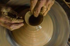 Roda da cerâmica com mãos do ` s do oleiro fotografia de stock royalty free