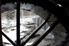 Roda de água da lagoa do moinho de Yates com cachoeira Imagem de Stock Royalty Free