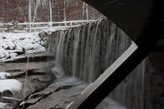 Roda de água da lagoa do moinho de Yates com cachoeira Imagem de Stock
