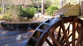 Roda de água do moinho da munição no parque de pedra da montanha, EUA filme