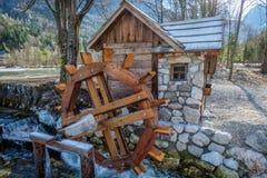 Roda de água e casa pequena Fotos de Stock Royalty Free