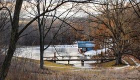 Roda de água em uma lagoa congelada em Iowa foto de stock