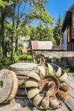 Roda de água oxidada em um watermill imagens de stock