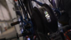 Roda de bicicleta com as luzes que giram, a expo da tecnologia, o serviço e a oficina de reparações filme