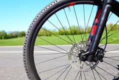 Roda de bicicleta com os freios hidráulicos do disco Fotografia de Stock Royalty Free