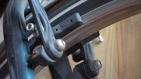 Roda de bicicleta com os raios que giram os movimentos, ruptura na ação vídeos de arquivo