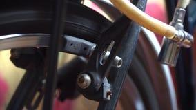 Roda de bicicleta com os raios que giram os movimentos, ruptura na ação filme