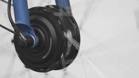 Roda de bicicleta dianteira que gira, verificação da capacidade de funcionamento, oficina de reparações, close up video estoque