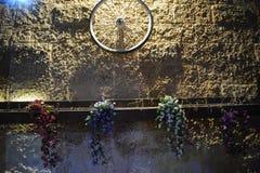 Roda de bicicleta em uma parede de pedra do amarelo do tijolo na noite Israel, Dimona, ` da ANSR do `, 2018 foto de stock royalty free