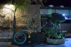 Roda de bicicleta em uma parede de pedra do amarelo do tijolo na noite Israel, Dimona, ` da ANSR do `, 2018 imagem de stock royalty free