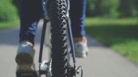 Roda de bicicleta Filmado do lado traseiro na rua video estoque