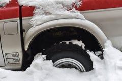Roda de carro colada na neve imagem de stock royalty free