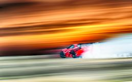 Roda de carro desportivo que deriva e que fuma na trilha Conceito do esporte, Fotos de Stock Royalty Free