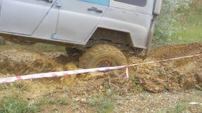 Roda de carro em uma estrada de terra Pneu fora de estrada coberto com a lama, terreno da sujeira Exterior, aventuras e suv do cu filme