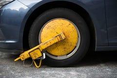 Roda de carro obstruída pelo fechamento de roda porque violação ilegal do estacionamento fotografia de stock