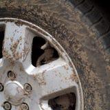 Roda de carro suja imagem de stock