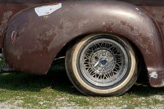 Roda de carro velha imagens de stock
