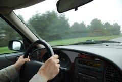 Roda de direcção masculina da preensão das mãos Foto de Stock