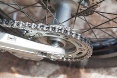 Roda de engrenagem com a corrente da roda da motocicleta Imagens de Stock Royalty Free