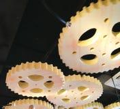 Roda de engrenagem de madeira da roda denteada da maquinaria no fundo preto Foto de Stock