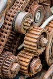 Roda de engrenagem gastada velha sob a corrosão fotografia de stock