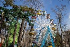 A roda de Ferris é lugar favorito a todos quando o tempo está ensolarado e o tempo está morno e ensolarado Imagem de Stock Royalty Free