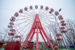 Roda de ferris abandonada velha As atrações fecharam-se para o inverno foto de stock royalty free