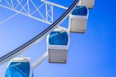 Roda de Ferris branca com luz de vidro - cabines azuis contra um close-up do fundo do céu azul, Helsínquia, Finlandia Foto de Stock