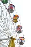 Roda de Ferris colorida do estilo antigo no fundo branco imagens de stock