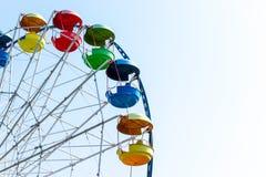 Roda de Ferris colorida grande colhida com céu azul atrás Fotografia de Stock
