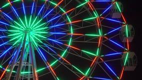 Roda de Ferris colorida na noite filme