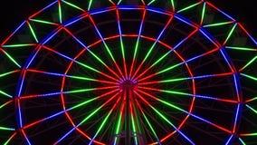 Roda de ferris colorida na noite, lapso de tempo com zumbido vídeos de arquivo