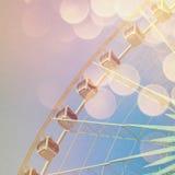 Roda de Ferris com bokeh abstrato no efeito retro fotos de stock royalty free