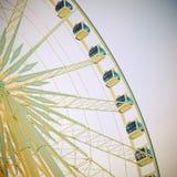Roda de Ferris com céu azul imagens de stock