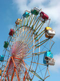 Roda de Ferris com céu brilhante Fotos de Stock