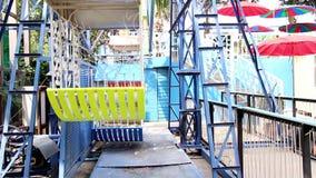Roda de Ferris com o colorido no parque de diversões Vintage retro do estilo Opinião do lado de baixo de uma roda de Ferris vídeos de arquivo
