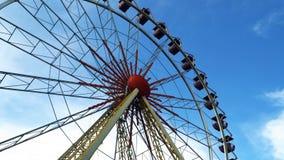 Roda de Ferris contra o céu com nuvens Imagem de Stock