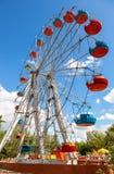 Roda de Ferris contra o fundo do céu azul no parque da cidade Fotografia de Stock Royalty Free