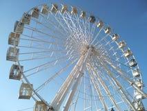 Roda de Ferris contra o parque de diversões do céu azul imagens de stock royalty free