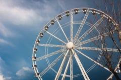 Roda de Ferris contra uma obscuridade - céu azul e nuvens de chuva foto de stock royalty free