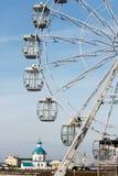Roda de Ferris e igreja azul Fotografia de Stock