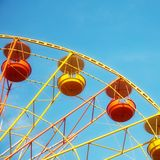 Roda de Ferris em um dia ensolarado Fotos de Stock