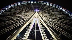 Roda de ferris gigantesca que gira lentamente no parque temático contra o fundo traseiro do céu video estoque