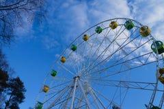 Roda de Ferris grande contra o céu azul com nuvens foto de stock royalty free