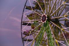 Roda de ferris grande na noite durante o por do sol no verão Imagens de Stock